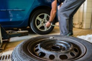 vérification des pneus de voiture